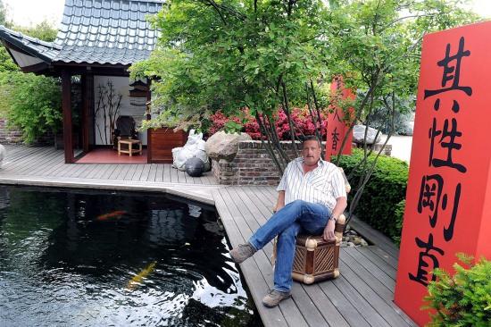 Während die Kois im Teich ihre Bahnen ziehen, ruht Reinhold Borsch aus St.Hubert in seinem asiatisch inspirierten Garten.